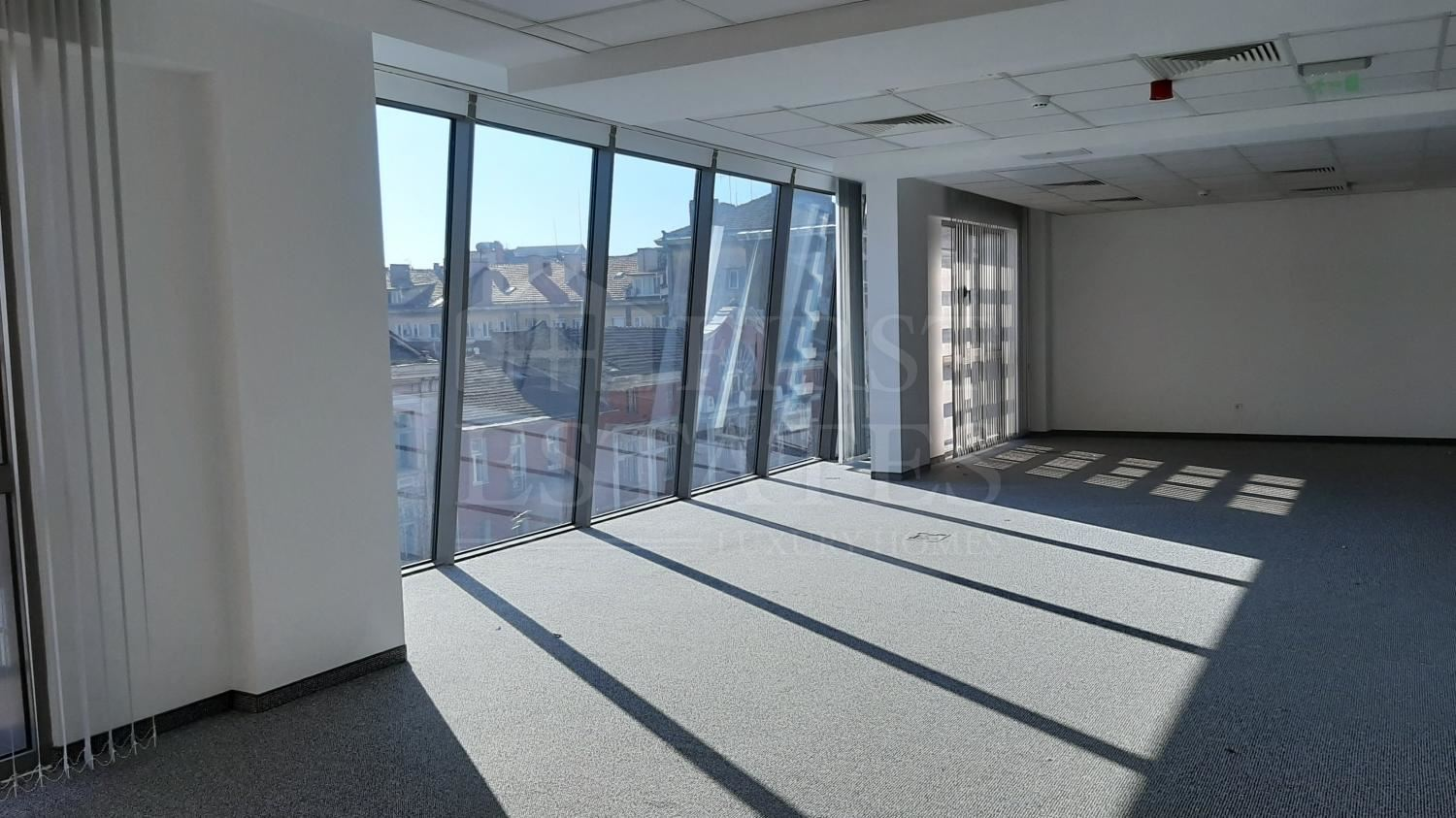 900 m² office for rent